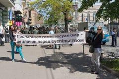 Kiev, Ucrania - 12 de junio de 2016: Opositores del desfile de la minoría sexual con posts Imagen de archivo libre de regalías