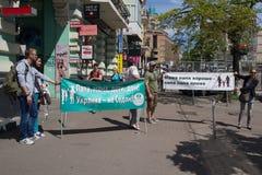 Kiev, Ucrania - 12 de junio de 2016: Opositores del desfile de una minoría sexual con posts Imagen de archivo