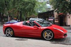 Kiev, Ucrania 10 de junio de 2013 Ferrari 458 Italia en la ciudad Ferrari rojo fotografía de archivo
