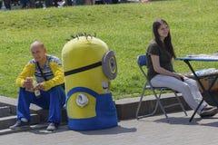 Kiev, Ucrania - 6 de junio 2017: Hombre - animador que trabaja en el cuadrado de la independencia Imagen de archivo libre de regalías