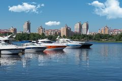 Kiev, Ucrania - 1 de junio de 2018: Yates blancos en el puerto, contra el contexto de la ciudad Yates atracados en puerto fluvial foto de archivo libre de regalías