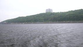 Kiev Ucrania de la lluvia del slowmo del barco en el río almacen de video
