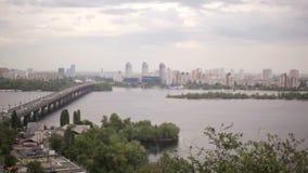 KIEV, UCRANIA - 1 de marzo de 2017: Vista del río Dnieper con el puente en Kiev almacen de video