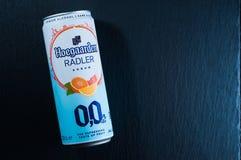 Kiev, Ucrania - 16 de marzo de 2019: La bebida sin alcohol hoegaarden agrum del radler en una lata de cerveza en un fondo de pied fotos de archivo libres de regalías