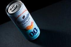 Kiev, Ucrania - 16 de marzo de 2019: La bebida sin alcohol hoegaarden agrum del radler en una lata de cerveza en un fondo de pied fotografía de archivo
