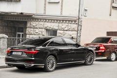 Kiev, Ucrania - 3 de mayo de 2019: Audi negro A8 parqueado en el centro de ciudad fotos de archivo