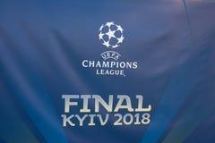 Kiev, Ucrania - 24 de mayo de 2018: Bandera con el logotipo oficial de la liga y de la inscripción Kyiv 2018 de los campeones en  Fotografía de archivo libre de regalías