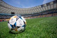 Kiev, Ucrania - 16 de mayo de 2018: Bola oficial final del partido de Kyiv de la liga de campeones de UEFA fotografía de archivo