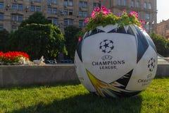 Kiev, Ucrania - 24 de mayo de 2018: Cama de flor bajo la forma de bola con un logotipo oficial de los campeones de la liga de cam Foto de archivo