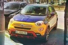 Kiev, Ucrania - 3 de mayo de 2019: Coche colorido de Fiat en la ciudad fotografía de archivo