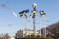 Kiev, Ucrania - 6 de mayo de 2017: Cuadrado europeo en centro de Kyiv capital ucraniano Porciones de ucraniano y de banderas de l imagenes de archivo