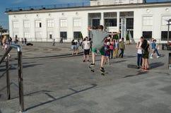 Kiev, Ucrania - 18 de mayo de 2019 Cuadrado de Poshtova Trucos practicantes del skater adolescente fotos de archivo libres de regalías