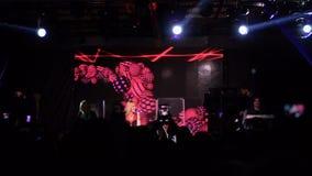 KIEV, UCRANIA - 7 DE MAYO DE 2017: Cantante Alyosha de la muchacha en la competencia de canción de la Eurovisión