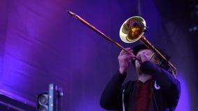 KIEV, UCRANIA - 10 DE MAYO DE 2017: El músico en un sombrero juega en una trompeta almacen de metraje de vídeo