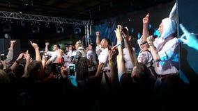 KIEV, UCRANIA - 7 DE MAYO DE 2017: El partido en el estilo ucraniano Verka Serduchka está cantando en etapa