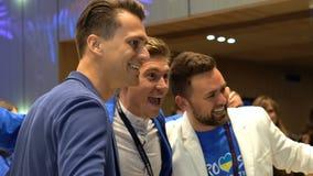 KIEV, UCRANIA - 1 DE MAYO DE 2017: Hombres que llevan la competencia de la Eurovisión que presenta para las cámaras