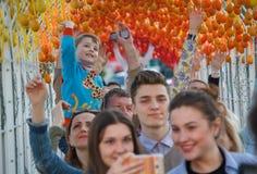 Kiev, Ucrania - 1 de mayo de 2016: La gente camina a través del túnel simbólico de los huevos de Pascua Imagen de archivo libre de regalías