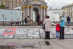 Kiev, Ucrania - 21 de mayo de 2016: Los ciudadanos en el cuadrado de la independencia familiarizan con la agitación visual de la  Fotos de archivo