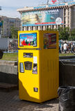 Kiev, Ucrania - 27 de mayo de 2013: Máquina expendedora para la soda Fotos de archivo