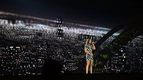 KIEV, UCRANIA - 12 DE MAYO DE 2017: Participante de Francia Alma en competencia de canción de la Eurovisión en el centro de expos metrajes