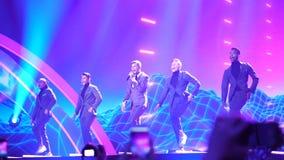 KIEV, UCRANIA - 12 DE MAYO DE 2017: Participante de la competencia de canción de la Eurovisión de Suecia Robin Bengtsson almacen de video