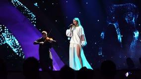 KIEV, UCRANIA - 12 DE MAYO DE 2017: Participante de Polonia en competencia de canción de la Eurovisión en el centro de exposición metrajes
