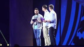 KIEV, UCRANIA - 12 DE MAYO DE 2017: Presentadores de la TV en el ensayo general de la etapa de la competencia de canción de la Eu almacen de metraje de vídeo