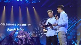 KIEV, UCRANIA - 12 DE MAYO DE 2017: Presentadores de la TV en la escena de la competencia de canción de la Eurovisión