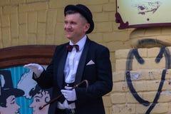 Kiev, Ucrania - 12 de mayo de 2018: El hombre en un traje del carácter literario famoso trabaja para el restaurante fotos de archivo libres de regalías