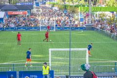 KIEV, UCRANIA - 26 DE MAYO DE 2018: Fan-zona de los fanáticos del fútbol del final de la liga de campeones de UEFA Wa de la gente imagen de archivo libre de regalías