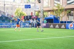 KIEV, UCRANIA - 26 DE MAYO DE 2018: Fan-zona de los fanáticos del fútbol del final de la liga de campeones de UEFA Wa de la gente imagenes de archivo