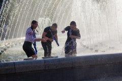 Kiev, Ucrania - 24 de mayo de 2018: Los graduados se bañan en fuentes Fotografía de archivo