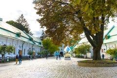 KIEV, UCRANIA - 20 DE MAYO: los turistas no identificados están visitando Pechersk Lavra - monasterio y une histórico-culturales  Imágenes de archivo libres de regalías