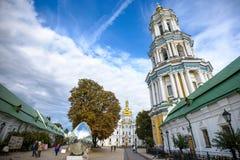 KIEV, UCRANIA - 20 DE MAYO: los turistas no identificados están visitando Pechersk Lavra - monasterio y une histórico-culturales  Fotos de archivo libres de regalías