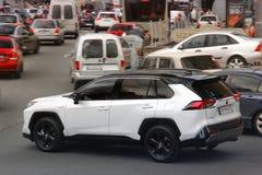 Kiev, Ucrania - 3 de mayo de 2019: Toyota blanco Rav4 SUV en la ciudad fotos de archivo