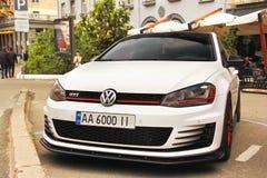Kiev, Ucrania - 3 de mayo de 2019: Volkswagen Golf GTI parque? en la ciudad foto de archivo