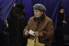 KIEV, UCRANIA - 15 de noviembre de 2015: 1.088 de 1.089 colegios electorales se abrieron en Kyiv en 08 00 a M Foto de archivo libre de regalías