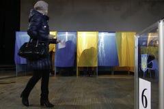 KIEV, UCRANIA - 15 de noviembre de 2015: 1.088 de 1.089 colegios electorales se abrieron en Kyiv en 08 00 a M Imagenes de archivo