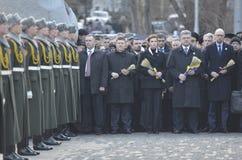 KIEV, UCRANIA - 28 de noviembre de 2015: El presidente de Ucrania Petro Poroshenko y su esposa conmemoró a las víctimas del hambr Imágenes de archivo libres de regalías