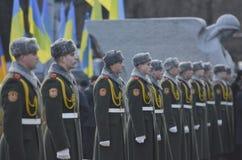 KIEV, UCRANIA - 28 de noviembre de 2015: El presidente de Ucrania Petro Poroshenko y su esposa conmemoró a las víctimas del hambr Foto de archivo