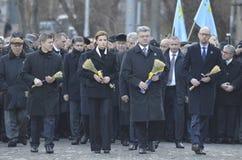 KIEV, UCRANIA - 28 de noviembre de 2015: El presidente de Ucrania Petro Poroshenko y su esposa conmemoró a las víctimas del hambr Foto de archivo libre de regalías