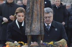 KIEV, UCRANIA - 28 de noviembre de 2015: El presidente de Ucrania Petro Poroshenko y su esposa conmemoró a las víctimas del hambr Fotografía de archivo libre de regalías
