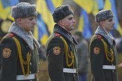 KIEV, UCRANIA - 28 de noviembre de 2015: El presidente de Ucrania Petro Poroshenko y su esposa conmemoró a las víctimas del hambr Imagen de archivo libre de regalías