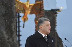KIEV, UCRANIA - 28 de noviembre de 2015: El presidente de Ucrania Petro Poroshenko y su esposa conmemoró a las víctimas del hambr Fotos de archivo