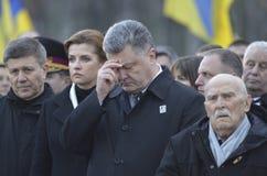 KIEV, UCRANIA - 28 de noviembre de 2015: El presidente de Ucrania Petro Poroshenko y su esposa conmemoró a las víctimas del hambr Imagen de archivo