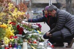 KIEV, UCRANIA - 14 de noviembre de 2015: La gente pone las flores en la embajada francesa en Kiev en memoria de los ataques terro Foto de archivo libre de regalías