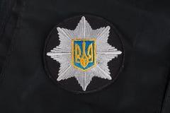 KIEV, UCRANIA - 22 DE NOVIEMBRE DE 2016 El remiendo y la insignia de la policía nacional de Ucrania en negro uniforman el fondo fotografía de archivo libre de regalías