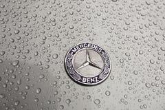 Kiev, Ucrania - 3 de noviembre de 2017: Emblema del primer del coche de lujo moderno de Mercedes-Benz con la capilla mojada gris Imagen de archivo