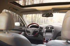 Kiev, Ucrania - 5 de noviembre de 2018: Interior del coche de Lexus Vista del interior de un automóvil moderno que muestra el tab fotografía de archivo libre de regalías
