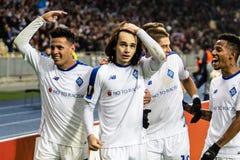 Kiev, Ucrania - 8 de noviembre de 2018: Los jugadores del dínamo celebran anotar una meta en partido del UEFA Europa League contr imagen de archivo